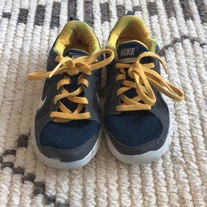 Boys NIKE free tennis shoes size 11